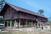 Visitando la casa larga de la gente de Dayak